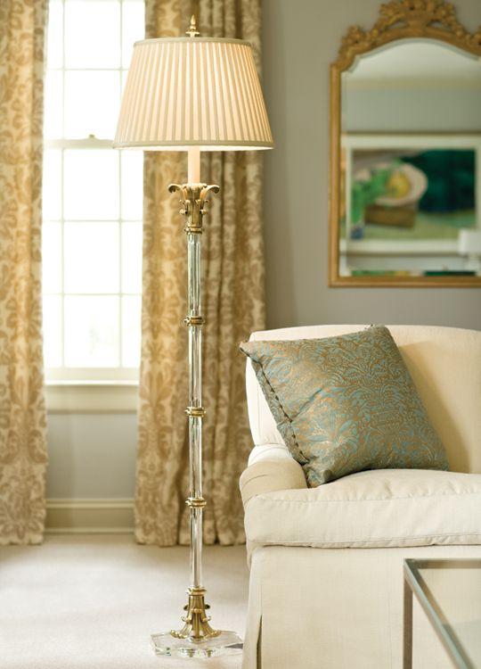 Sala clássica com sofá branco e abajur de chão antigo