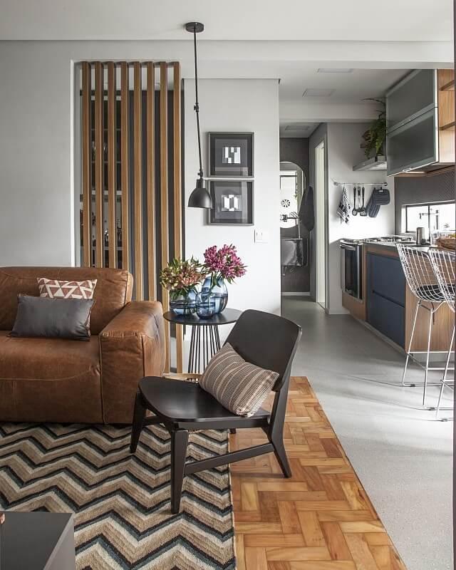 Sala clássica com tapete chevron bege