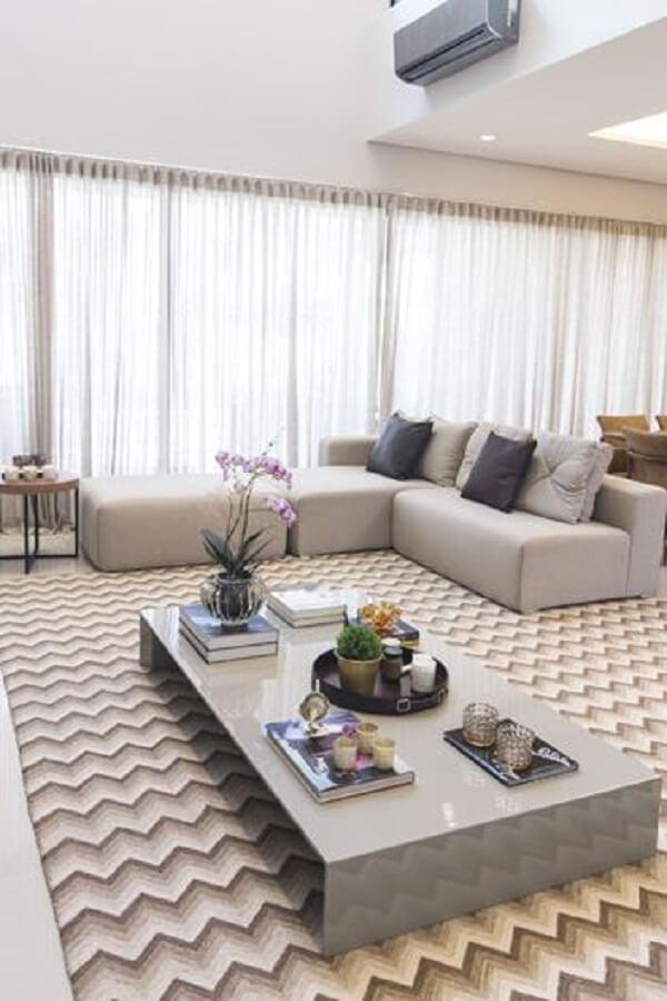 Sala clássica com tapete chevron e sofá bege