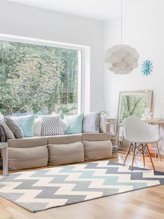 Sala clean com tapete chevron em tons de azul claro