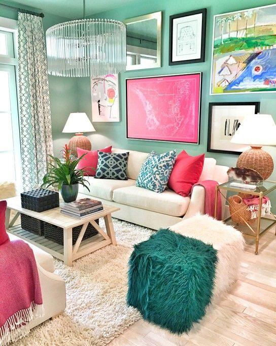 Sala colorida com piso bege de madeira e sofá claro