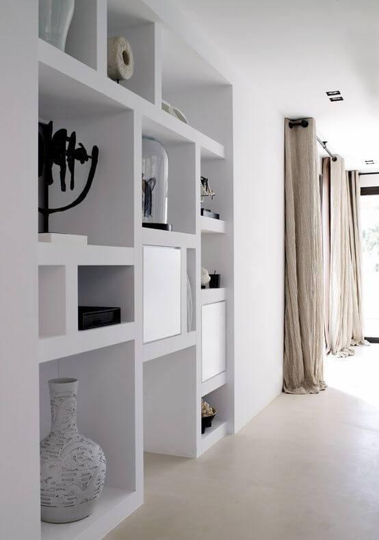 Sala com estante de gesso branca