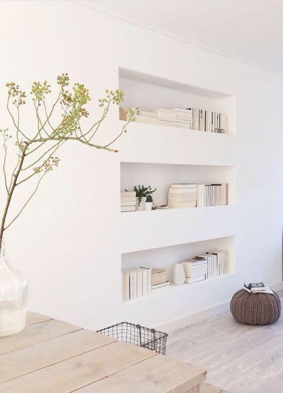Sala com estante de gesso para livros
