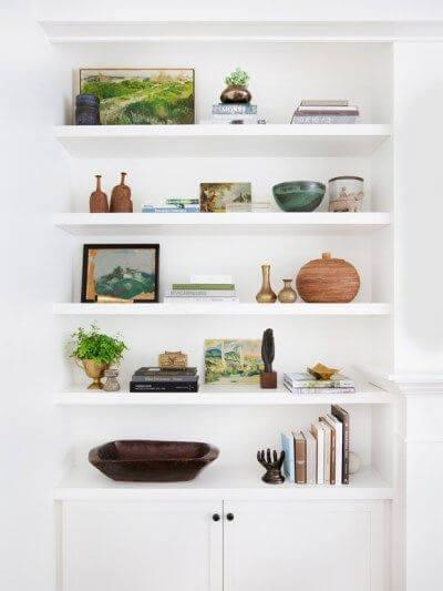 Sala com estante de gesso branca e decoração moderna