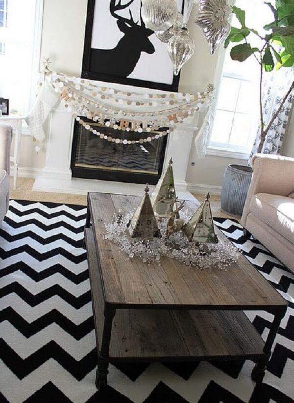 Sala com lareira e tapete chevron