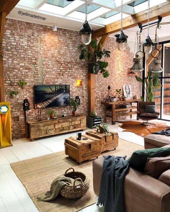 Sala com móveis de madeira e rack rustico