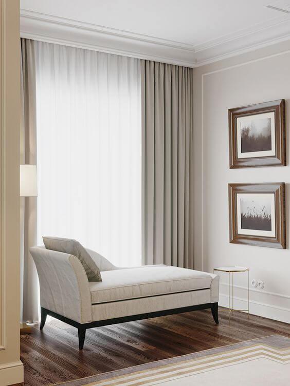 Sala com moldura de isopor bege na decoração