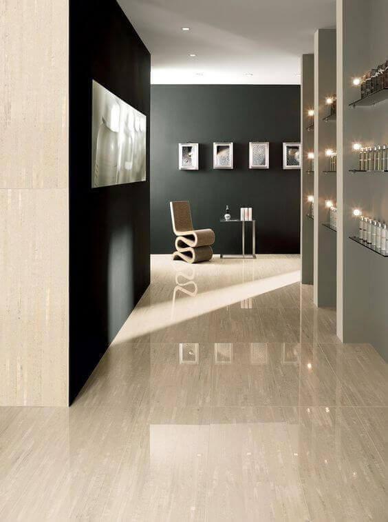 Sala com piso bege claro e parede preta elegante