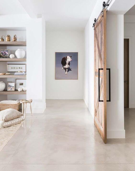 Sala com piso bege e decoração minimalista