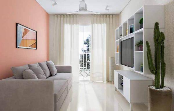 Sala com piso bege e parede coral