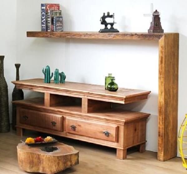 Sala com rack rustico de madeira e prateleira do mesmo material