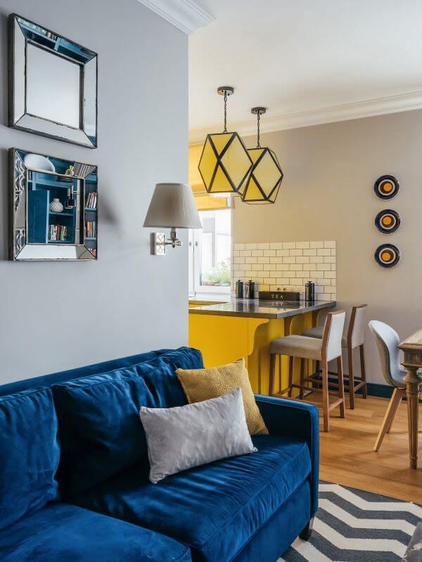 Sala com sofá azul e tapete chevron
