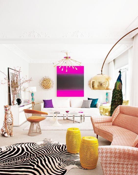 Sala com sofá cor pessego e tapete preto e branco