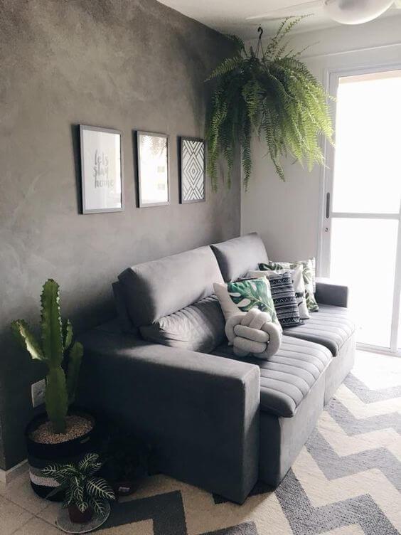 Sala com tapete chevron cinza e sofá da mesma cor