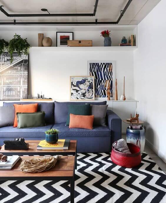 Sala com tapete chevron e sofá azul
