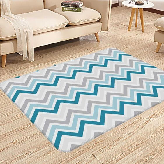Sala com tapete chevron em tons de azul