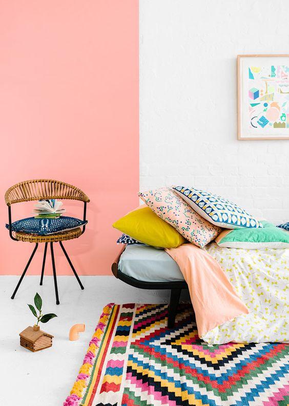 Sala cor pessego e tapete colorido