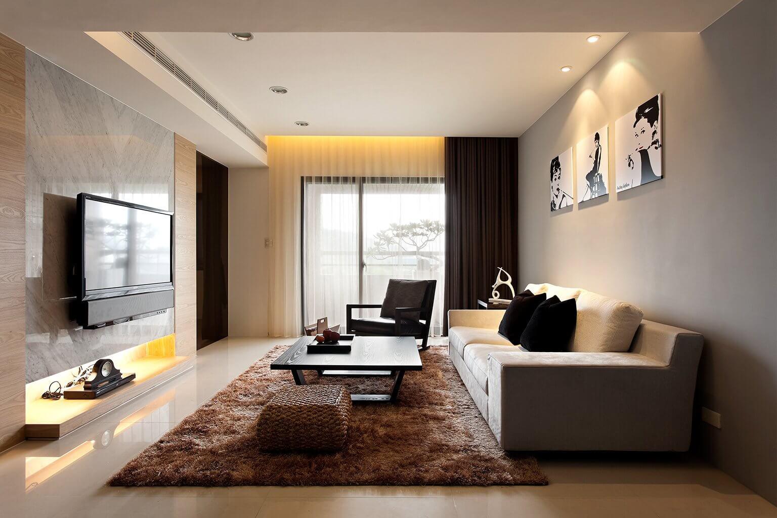 Sala de estar aconchegante com tons de marrom no tapete, puff e cortina