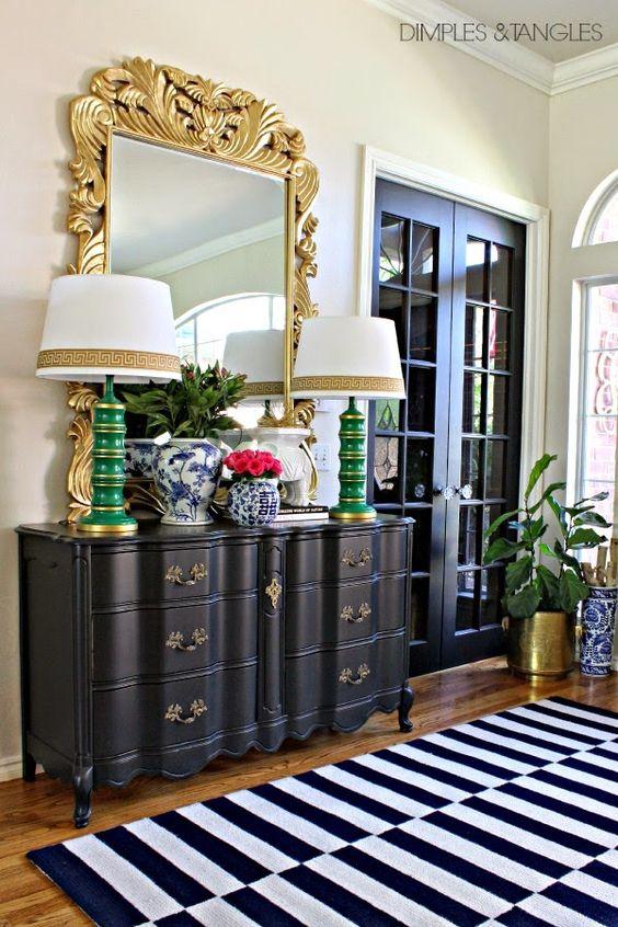 Sala de estar com abajur antigo branco e verde