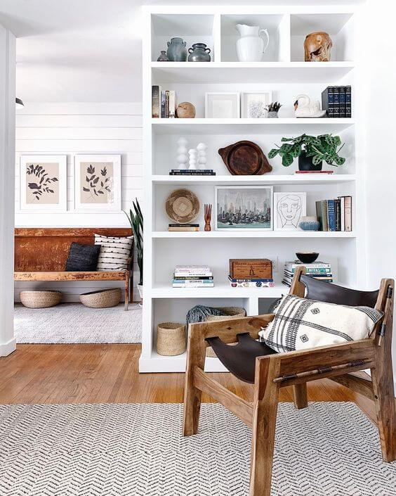 Sala de estar com estante de gesso e cadeira de madeira
