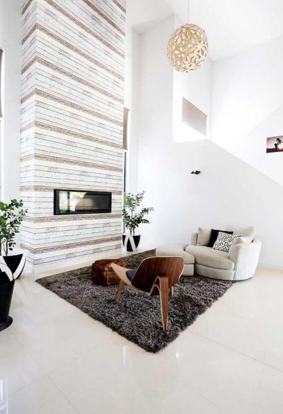 Sala de estar com lareira e piso bege