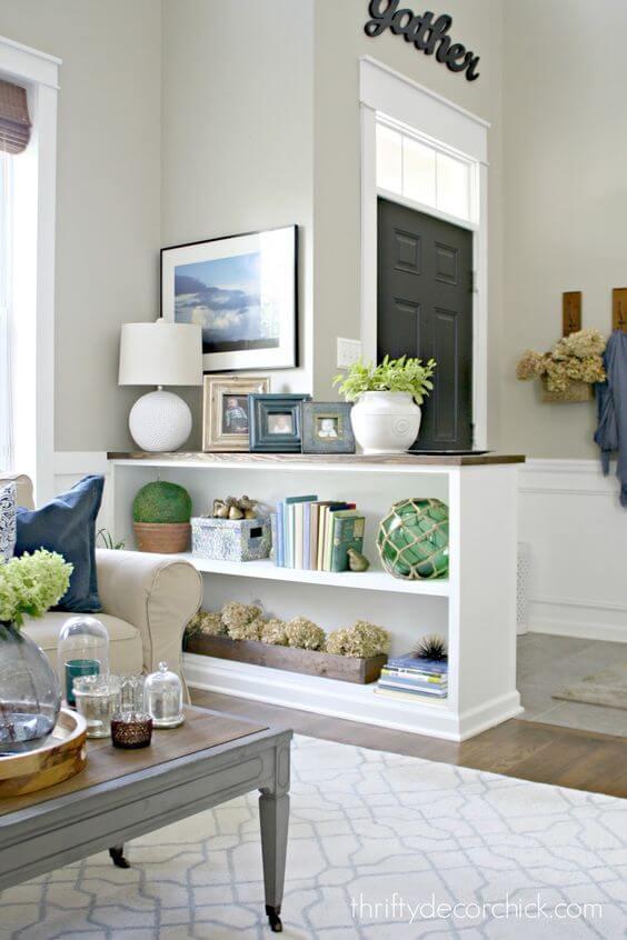 Sala de estar com mini estante branca