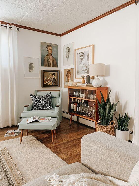 Sala de estar com mini estante decorada com bebidas e taças