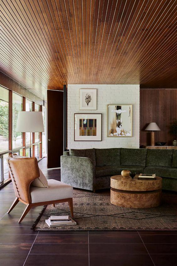 Sala de estar com piso marrom e sofá verde