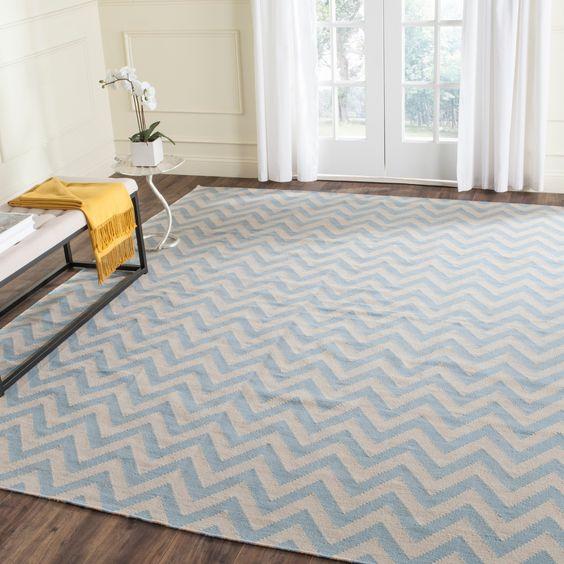 Sala de estar com tapete chevron azul claro