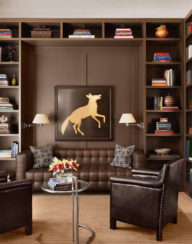 Sala de estar com tons de marrom e poltrona de couro