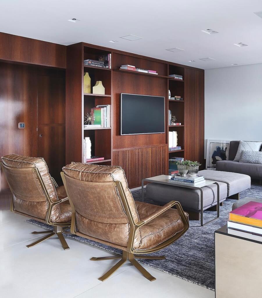 Sala de estar com tons de marrom e poltronas de couro