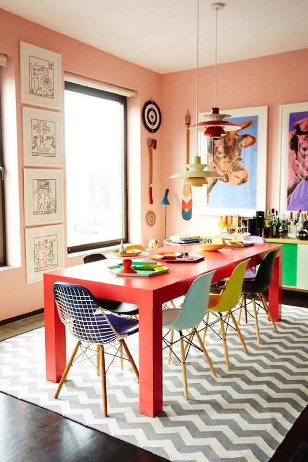 Sala de jantar colorida com tapete chevron