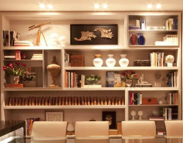 Sala de jantar com estante de gesso iluminada