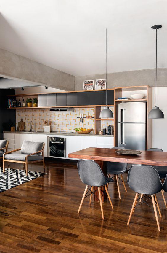 Sala de jantar com piso marrom de madeira e decoração cinza