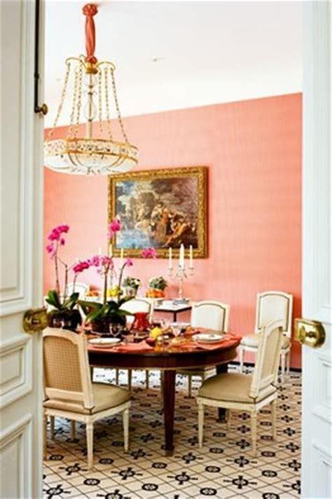Sala de jantar cor pessego com lustre