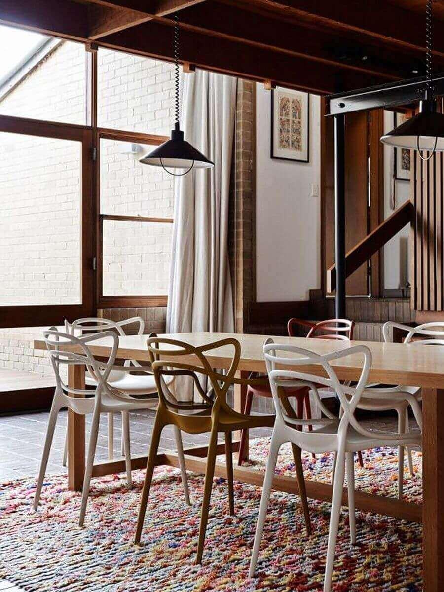 Sala de jantar moderna com cadeira allegra branca e marrom