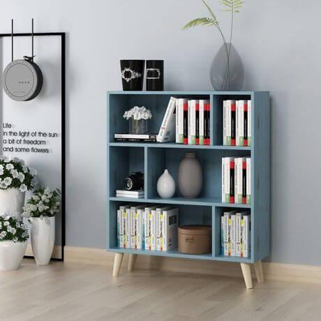 Sala decorada com mini estante
