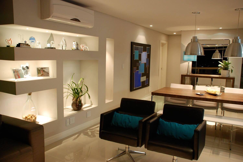 Sala integrada com estante de gesso