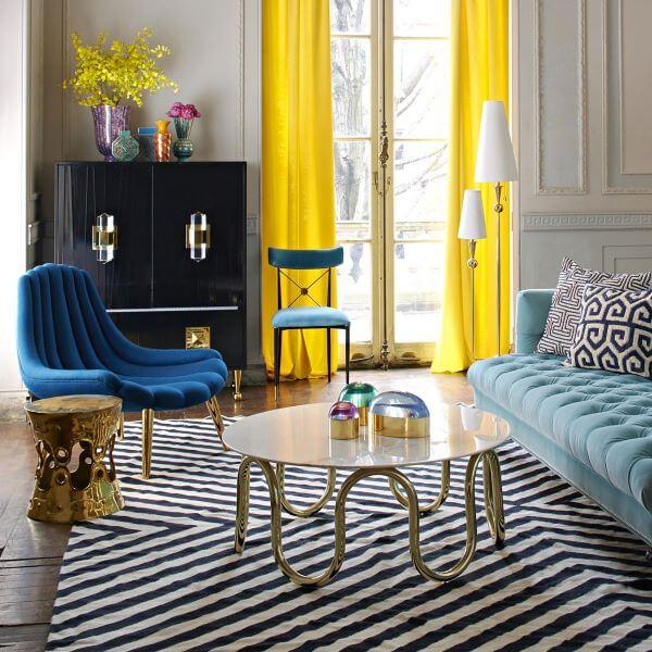 Sala moderna em tons de azul com tapete chevron