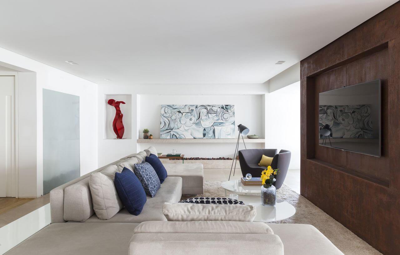 Sala neutra com painel de tons marrom e almofadas em azul marinho