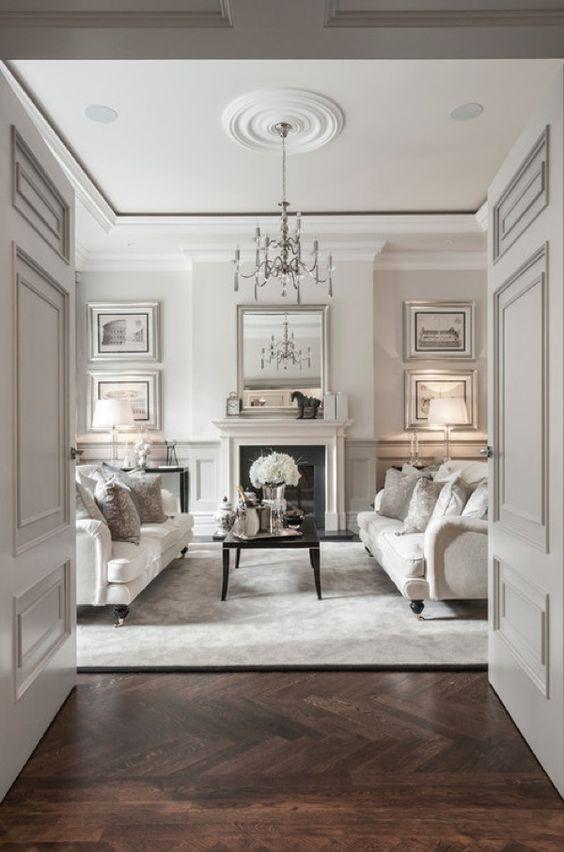 Sala neutra com piso marrom laminado