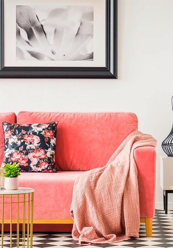 Sofá cor coral na sala de estar