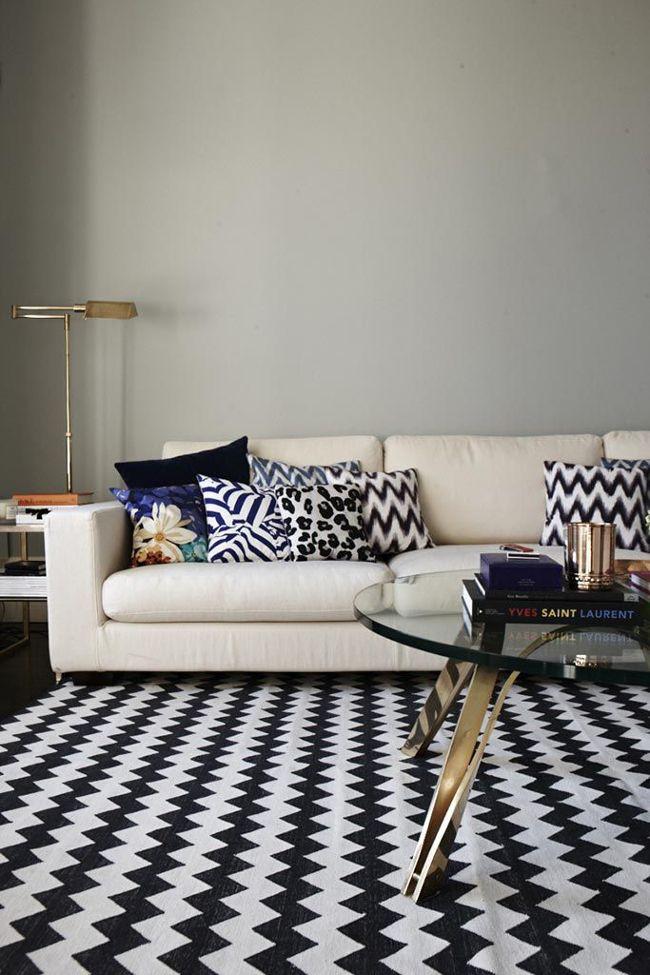 Tapete Chevron preto e branco com sofá de couro
