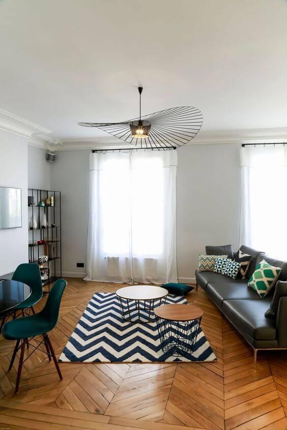 Tapete chevron azul e branca na sala moderna com sofá de couro