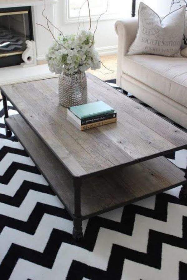 Tapete chevron com mesa de centro de madeira