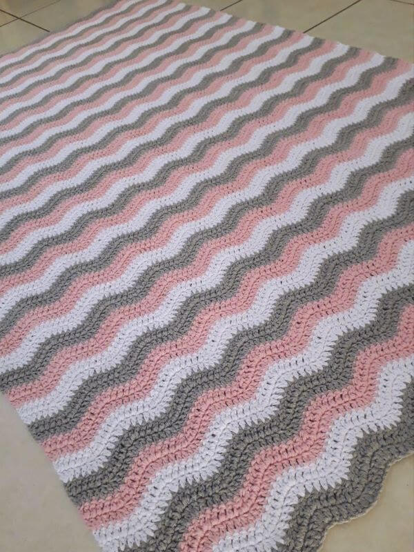 Tapete chevron de crochê em cinza e rosa
