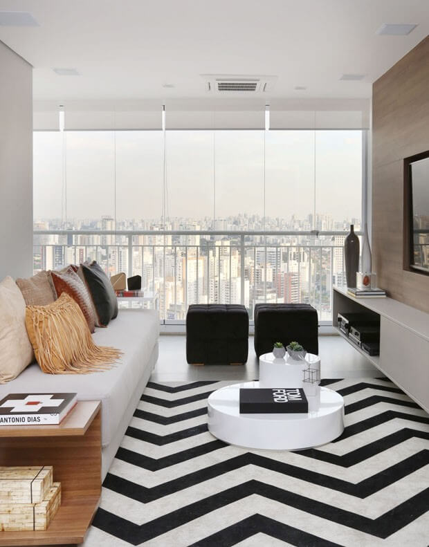 Sala com tapete chevron azul