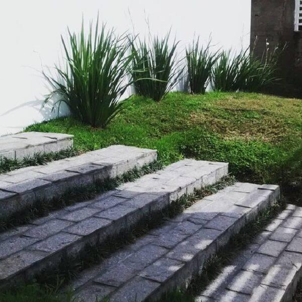 Utilize a pedra miracema para compor o revestimento da escada. Fonte: Pinterest