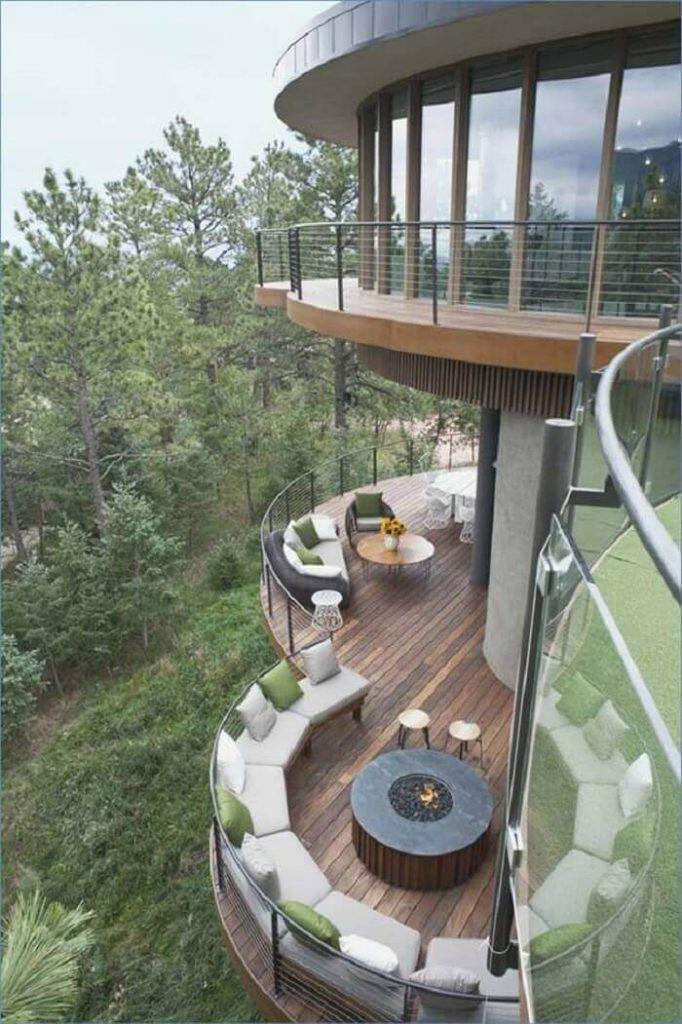 Sacada de madeira e vidro para casa com design moderno