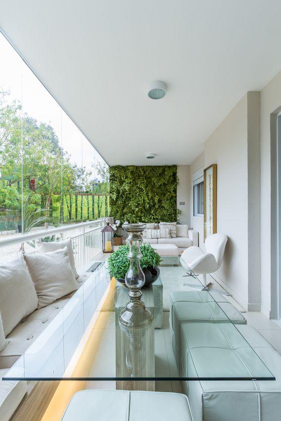 Varanda de vidro com jardim vertical